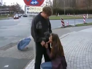 Jeune femme black fait une fellation a un touriste -
