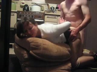 une femme blanche de peau se defonce lanus a laide dun gode