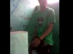 etudiante-asiatique-baise-toilettes-lycee