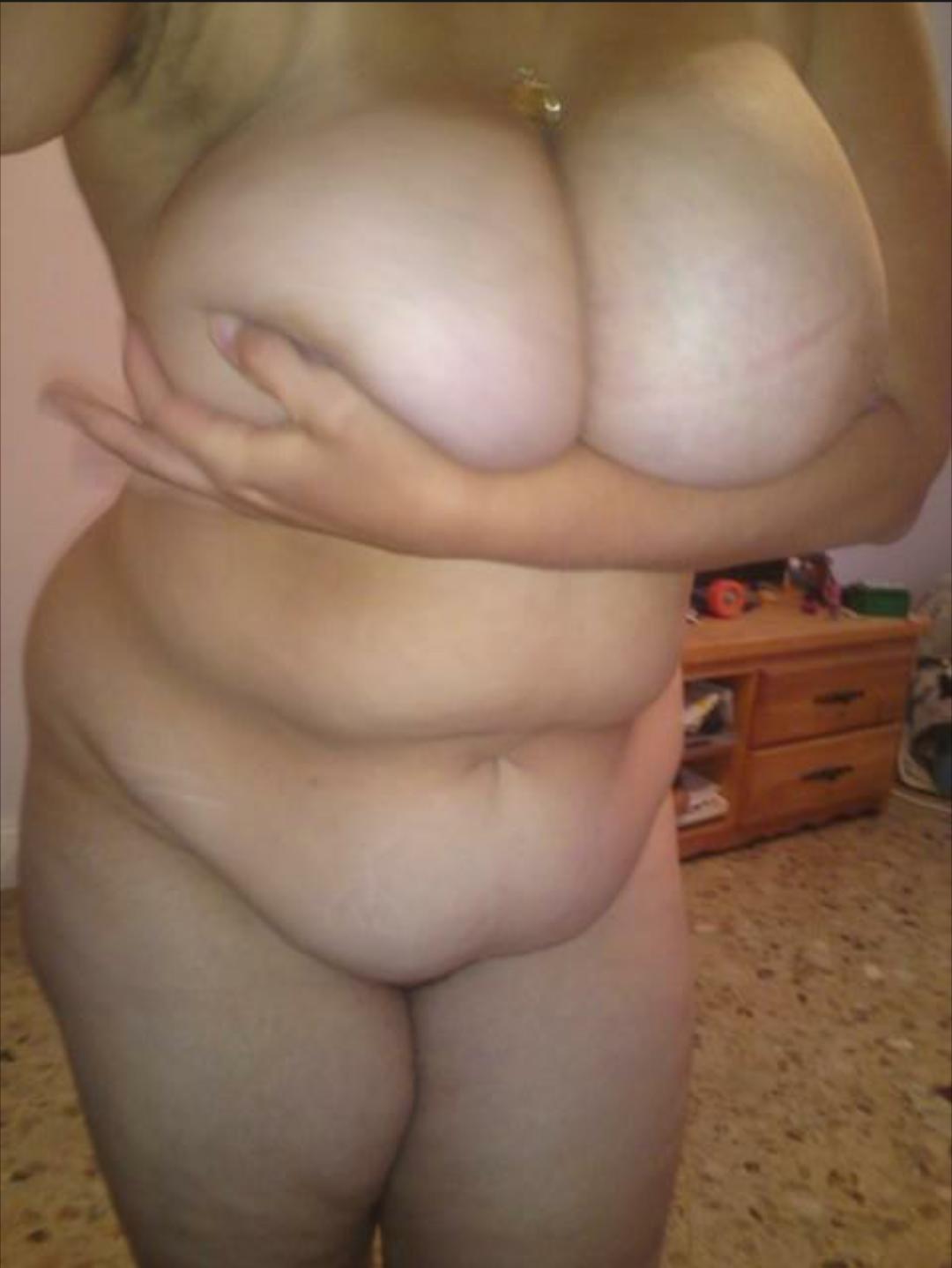 Femme montrant ses seins