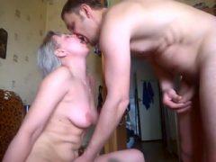 cougar-blonde-petits-seins-levrette-amateur