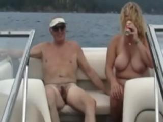 Couple naturiste fait l'amour sur leur petit bateau